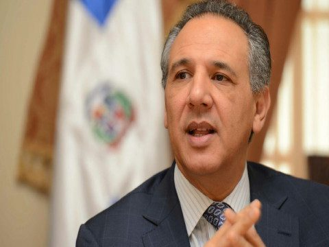 Ministro Administrativo Presidencia dice Gobierno cobrará a extranjeros por servicios de salud
