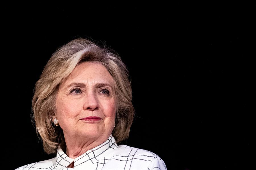 """Hillary Clinton lanza un podcast de entrevistas sobre """"grandes temas"""""""