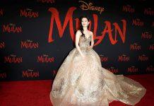 Actriz que interpreta Mulán en la película de Hollywood, viste de gala en alfombra roja para estreno