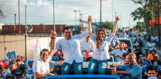 Carolina Mejía junto a David Collado durante caravana cierre de campaña.