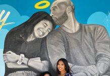 Esposa e hijas de Kobe Bryant frente a mural en honor a la muerte de Bryant y su hija Gianna