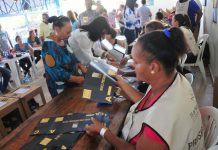 Personas ejerciendo el voto en mesa electoral.