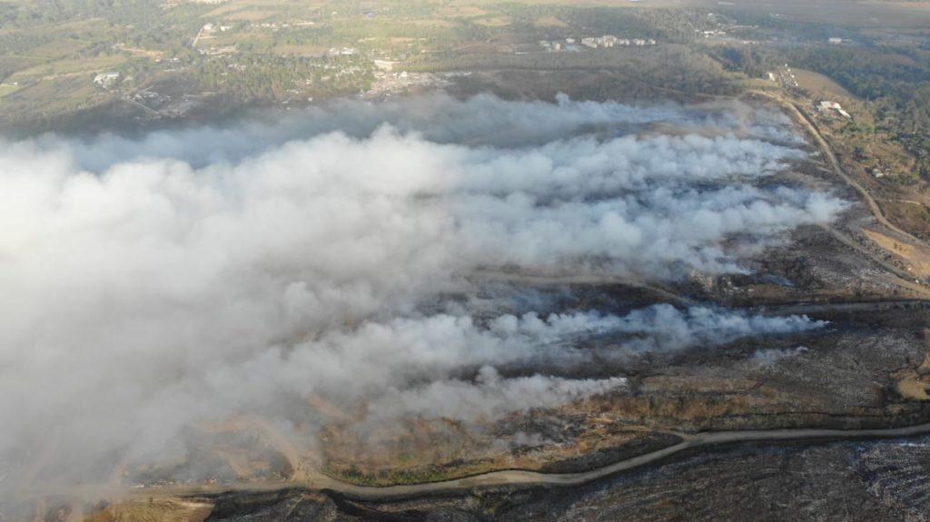 Imágenes más recientes tomadas en la mañana de este lunes, indican que el incendio está lejos de ser extinguido en Duquesa.