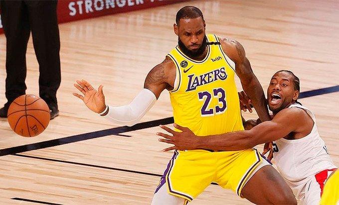 LeBron James es defendido por Kawhi Leonard.