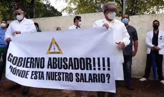 Protesta de médicos frente al Servicio Nacional de Salud (SNS)