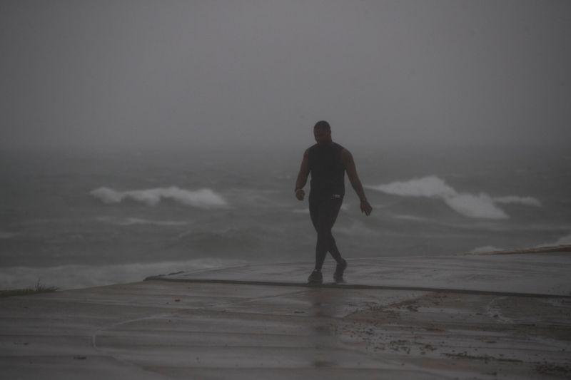 Isaías deja parte de Bahamas sin electricidad y enfila al Estrecho ...