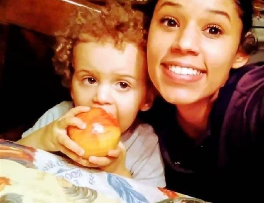 Leila Cavett junto a su hijo Kamdyn Cavett Arnold
