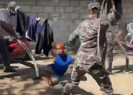 Policías castigan supuesto Ladrón.