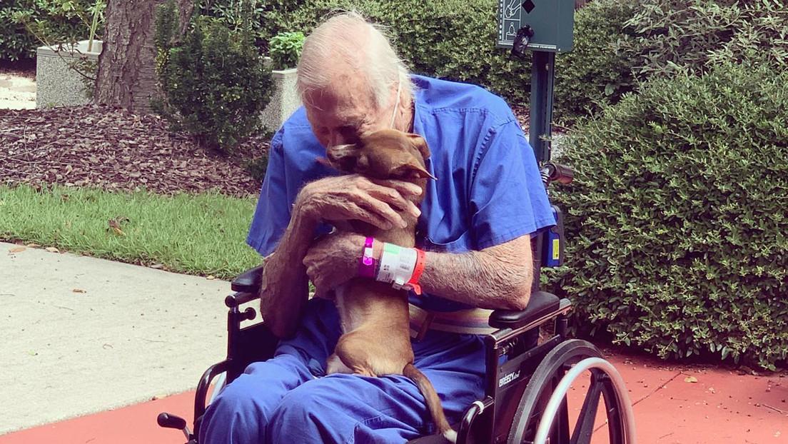 Rudy Armstrong con su perro 'Bubu'.