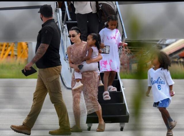 Kim Kardashian y sus hijos. Fotos TMZ.