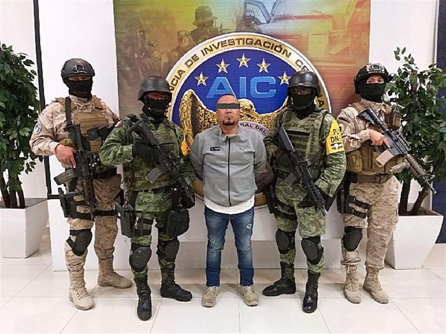 Fotografía cortesía de la Fiscalía de Justicia del estado de Guanajuato, fechada hoy domingo, que muestra la detención de José Antonio Yépez, alías 'el Marro' .