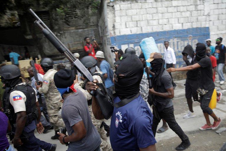 Policías protestas en Haití.