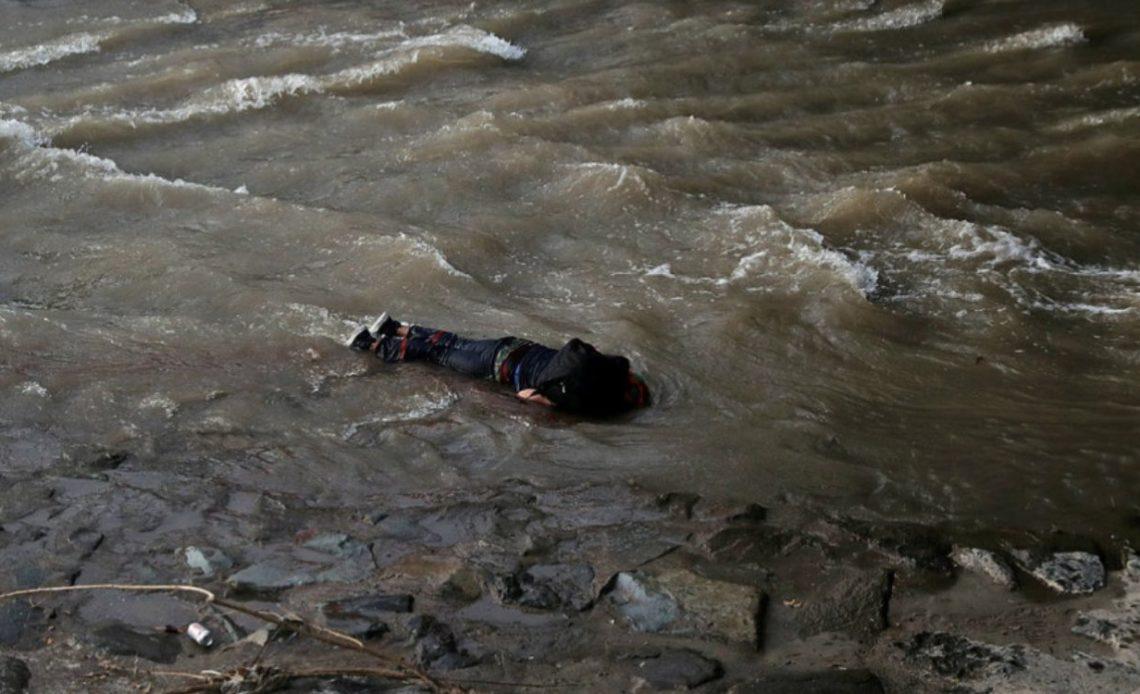Menor lanzado al río