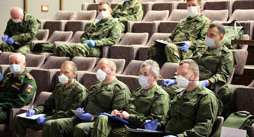 Militares rusos con mascarillas para protegerse del coronavirus