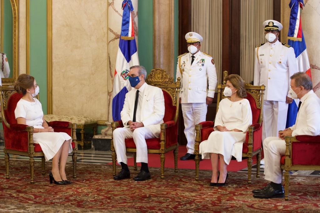 Presidente Abinader recibiendo cartas credenciales de embajadores