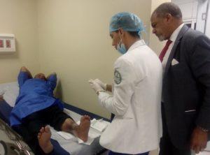 Médicos atienden paciente con pie diabético.