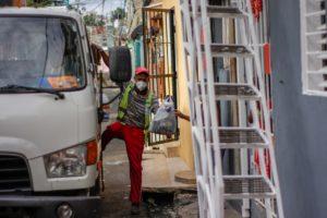 Brigadas recogen basura en barrios de Santo Domingo Este.