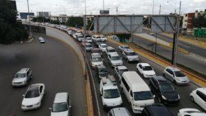 Congestión vehicular durante toque de queda en fin de semana.