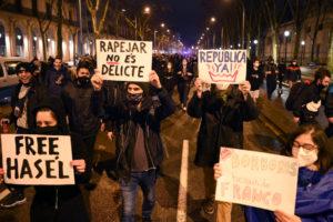 Manifestación de apoyo a Pablo Hasél, con pancartas que dicen: 'Rapear no es delito'.
