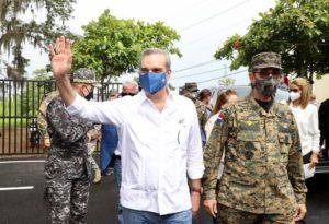 Presidente Luis Abinader, con camisa remangada.