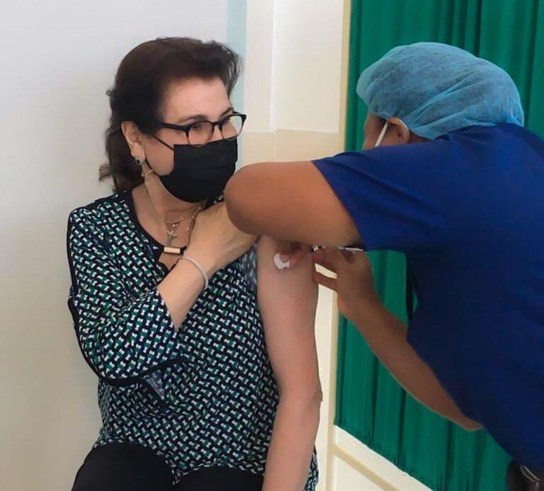 Madre de Raquel Arbaje vacunándose