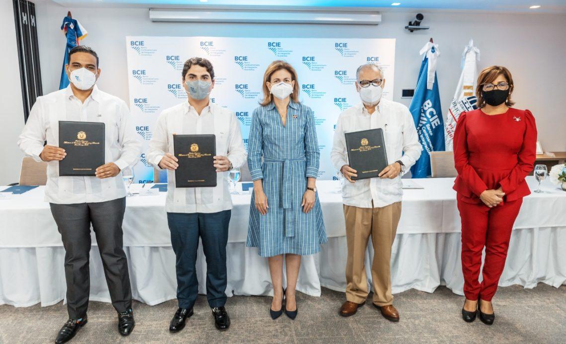 Vicepresidenta Peña firmando con el BCIE