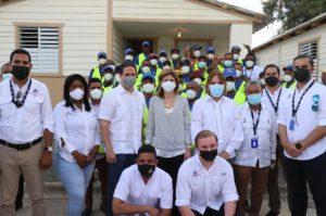 Vicepresidenta, director del INVI y colaboradores entregan vivienda en San Juan de la Maguana.