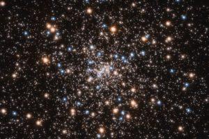 La cantidad de masa que puede acumular un agujero negro varía ampliamente desde menos del doble de la masa de nuestro Sol hasta más de mil millones de veces la masa de nuestro Sol.