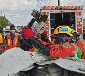 Autoridades durante rescate en accidente.