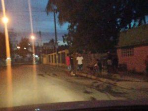 Jóvenes vendiendo gasolina en el sector Los Frailes.
