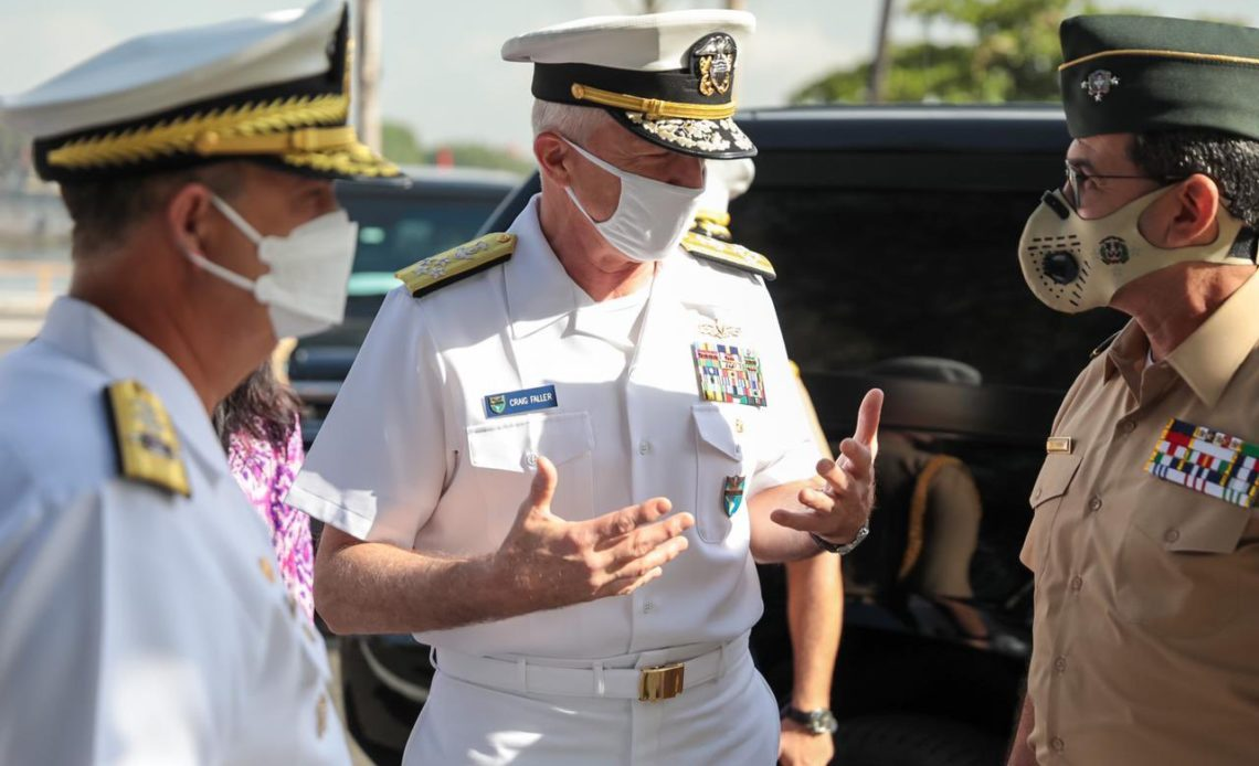 Craig Faller y ministro de Defensa Carlos Diaz Morfa.