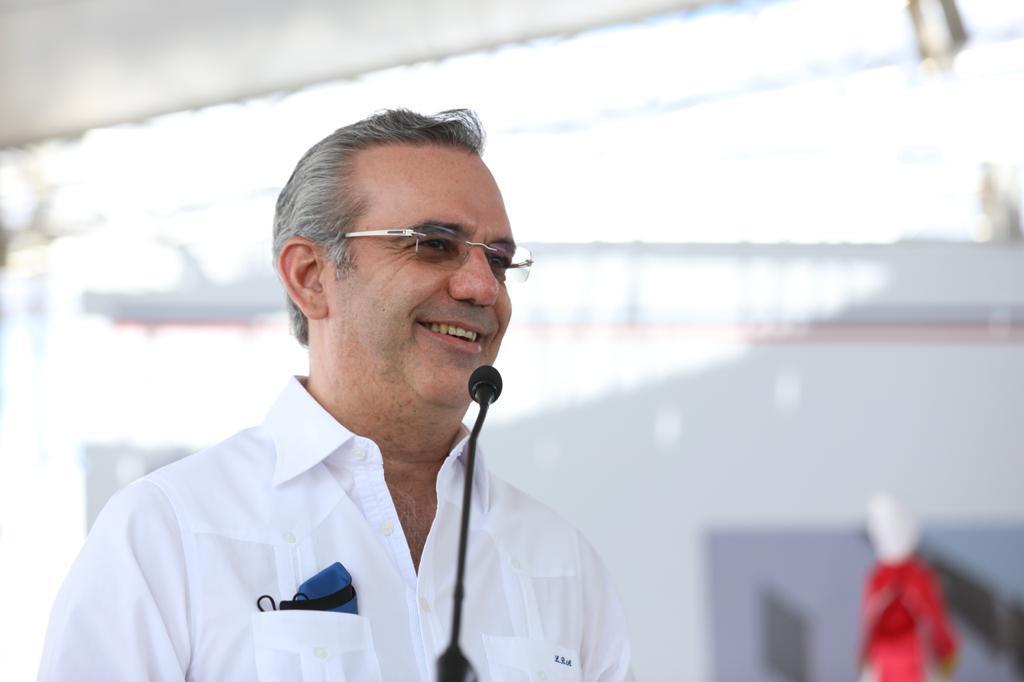 Luis Abinader inaugurando