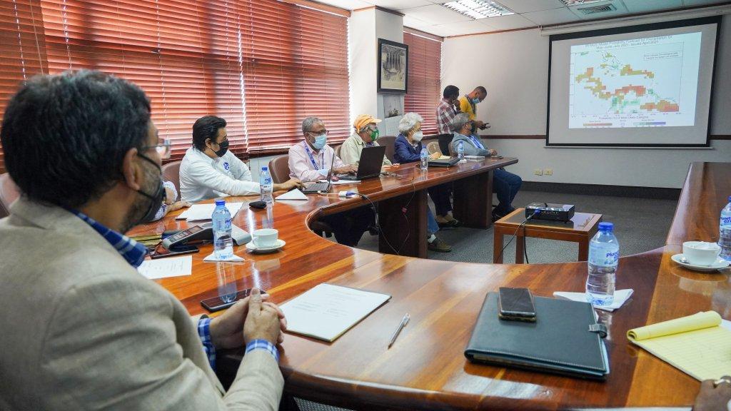 Autoridades del Indrhi analizando situación de la cuenca