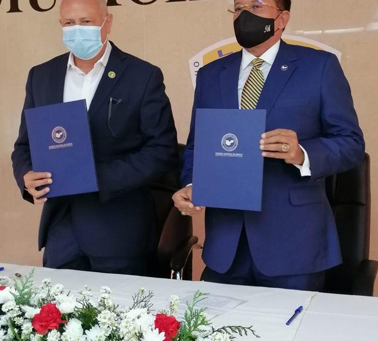 El presidente de ASODORE, Robert Arias, y el presidente del CND, Jaime Marte Martinez, tras la firma del conveni