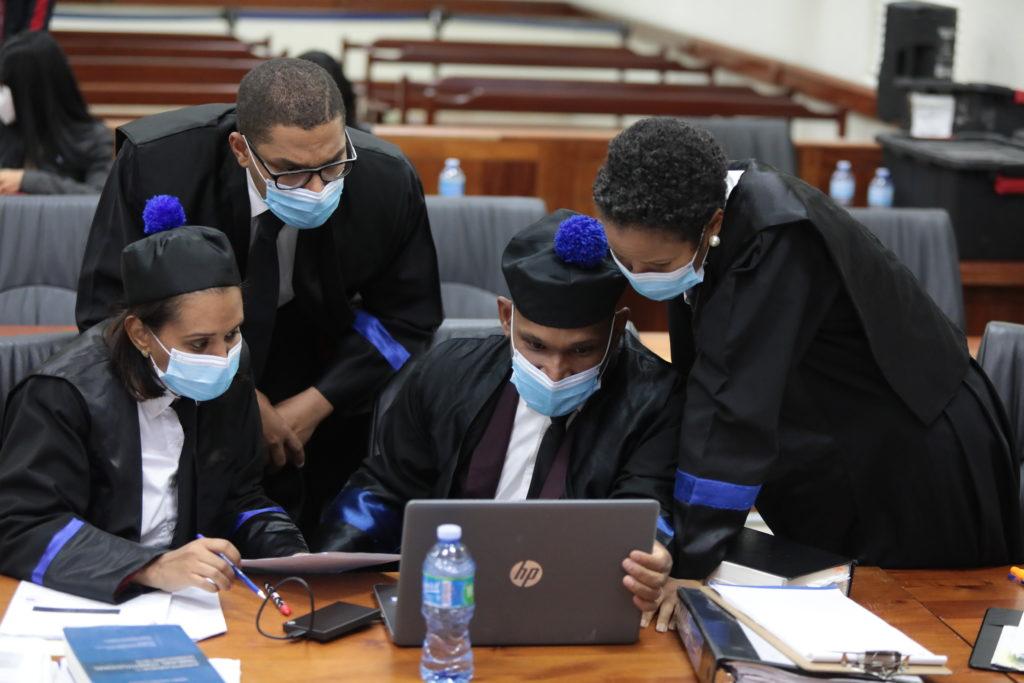 La fiscal Mirna Ortiz (izquierda) junto a otros integrantes del equipo que representa al Ministerio Público en el juicio