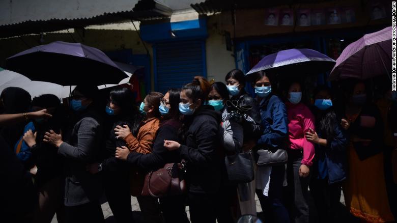 Nepalíes vacunándose