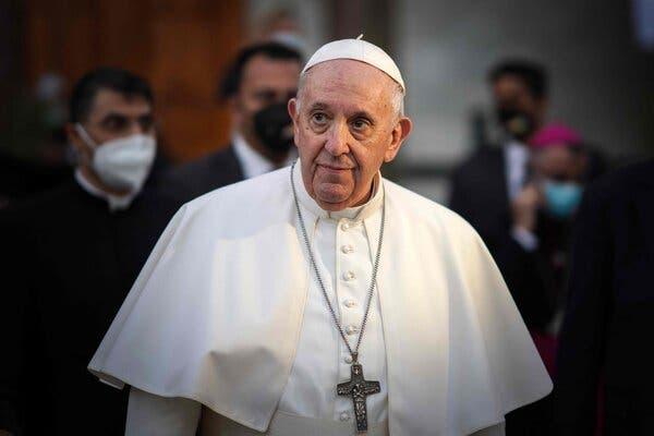 Papa Francisco junto a varios cardenales