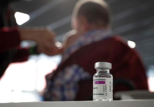 Comité científico pide se restrinja vacuna de AstraZeneca a mayores de 40 años