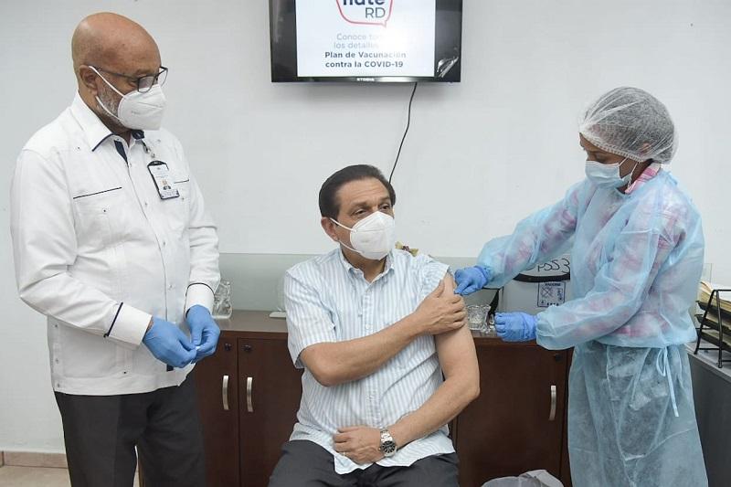 """""""Esta vacuna es segura"""" afirma ministro de Salud tras recibir primera dosis de SinoVac"""