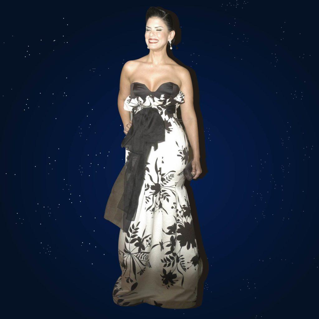 Evelyn Diaz, strapless de rosas blancas y negras de Sarah Cury.