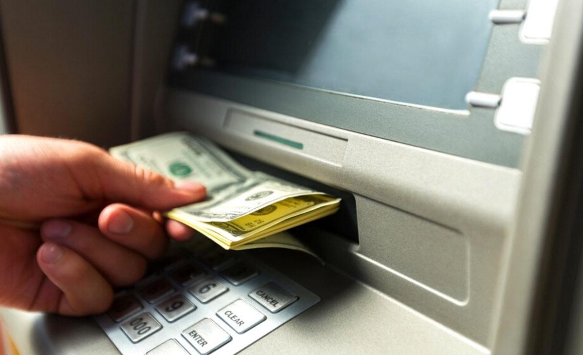 Mujer retira dinero de un cajero y queda en shock al ver que tenía casi mil millones de dólares en su cuenta