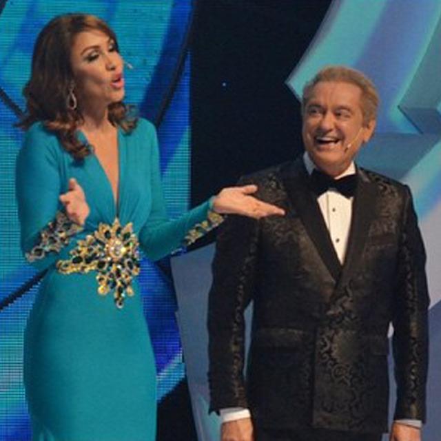 Mariasela en la conducción de Premios Soberano 2015 en un vestido verde esmeralda de Giannina Azar