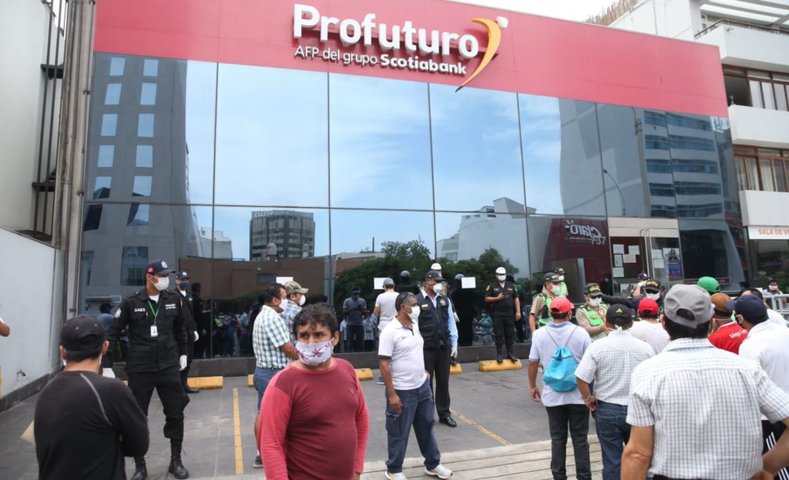 Peruanos retiran USD 8.500 millones de fondos de pensiones en pandemia