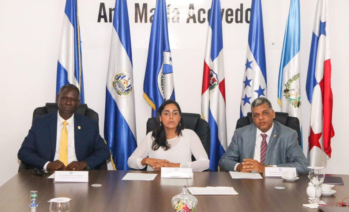 SANTO DOMINGO, R.D.- La presidenta del PARLACEN, Fanny Salinas, junto a los diputados Franklyn de la Cruz y Ramón Emilio Goris