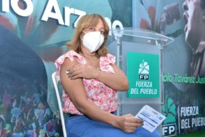 Ciudadana recibe dosis de vacuna en la Casa Nacional de la Fuerza del Pueblo