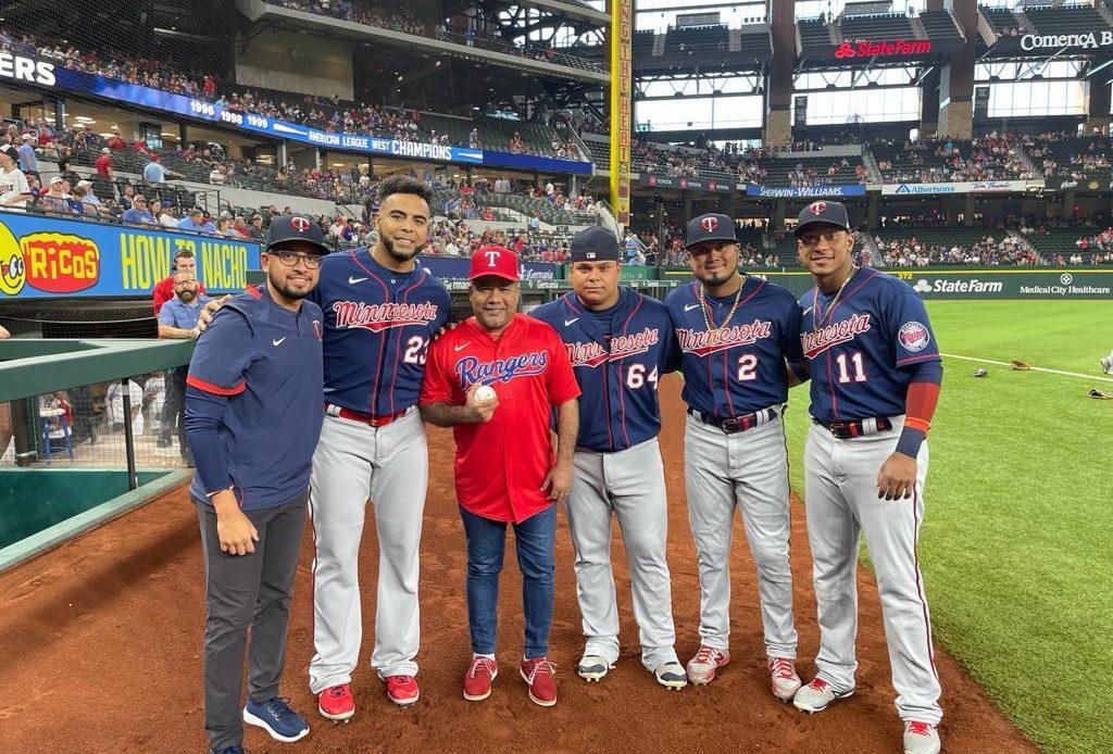 """""""El Torito"""" lanza la primera bola en el Globe Life Field, hogar de los Texas Rangers"""