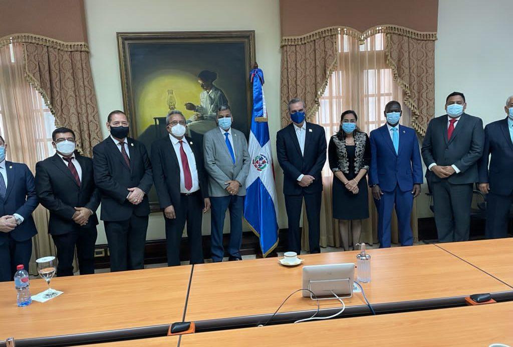 (foto) El presidente Luis Abinader junto a los miembros de la Junta Directiva del PARLACEN