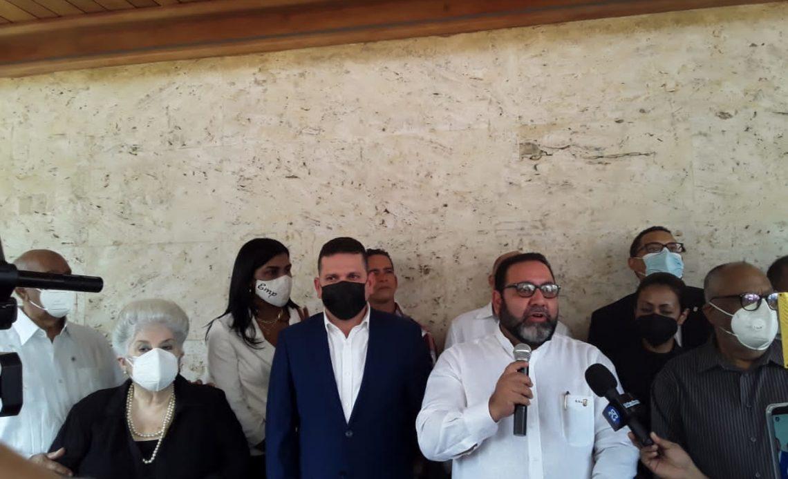 (foto) El secretario general del PRSC, Ramon Rogelio Genao, habla frente al féretro de José Enrique Sued
