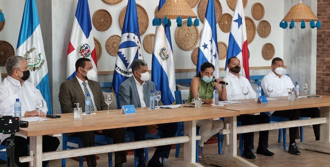 (foto) La presidenta del PARLACEN, Fanny Salinas, habla en la conferencia sobre turismo celebrada en Las Terrenas, Samaná.