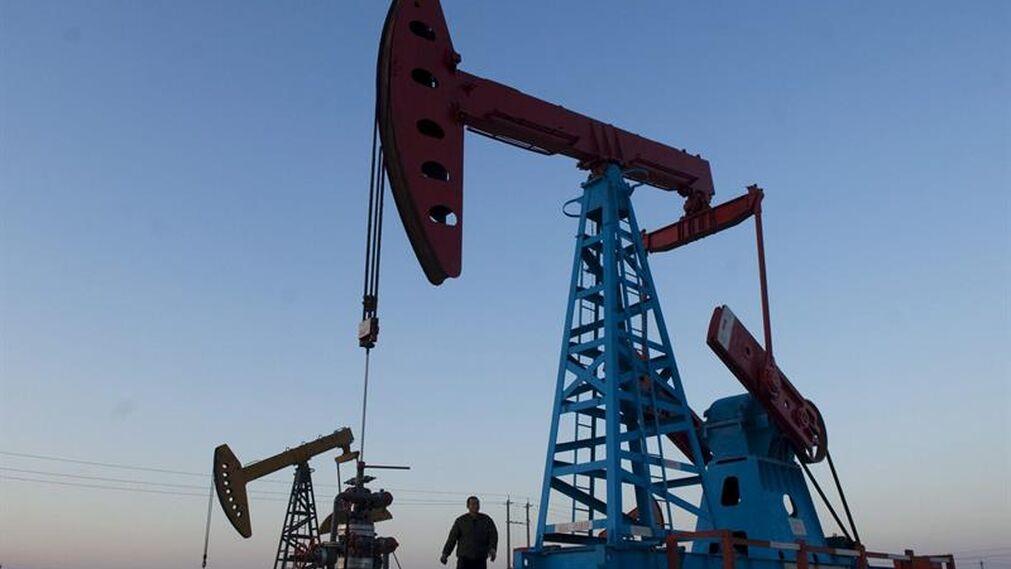 El petróleo registra una baja por fortalecimiento del dólar